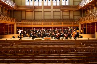 Funny portrait of the orchestra from the center of the hall
